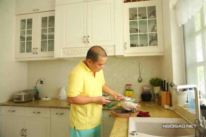 Ông xã của Thúy Hạnh không ngại vào bếp giúp vợ nấu ăn khi cô bận công việc.