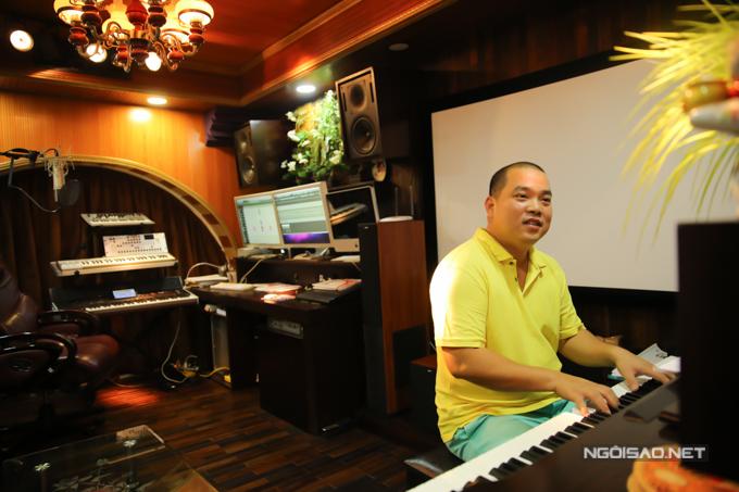 Thời gian này Minh Khang đang đảm đương vai trò giám đốc âm nhạc của chương trình Ban nhạc quyền năng nên cũng khá tất bật.