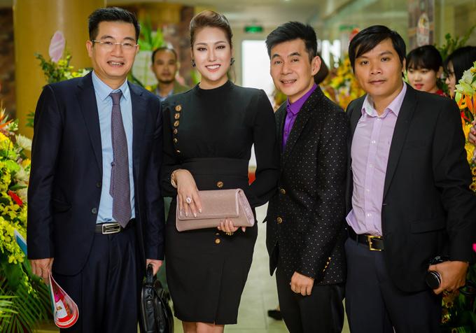Ca sĩ Đoan Trường gặp gỡ Phi Thanh Vân trong event ở Hà Nội.