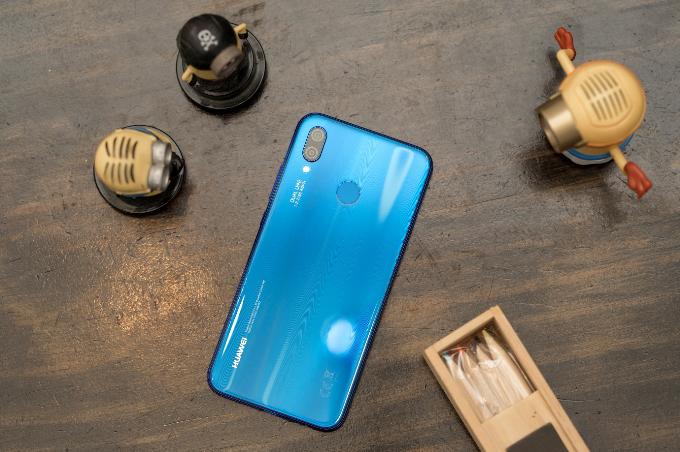 Huawei đưa sắc xanh Klein Blue vào smartphone Nova 3e