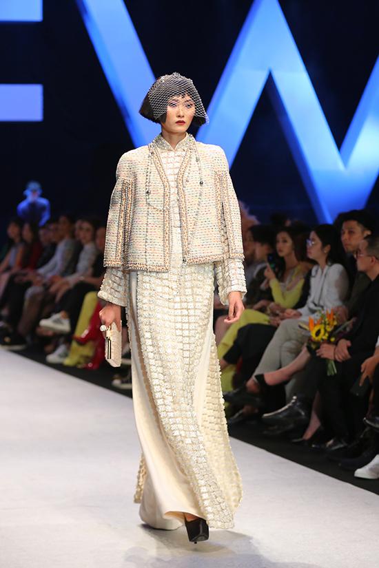 Tổng thể bộ sưu tập là thiết kế áo dài với đường nét phóng khoáng cùng gam màu trung tính như be, nâu thẫm, xám nhạt, xanh thủy thủ& Chiếc áo dài truyền thống may bằng lụa tơ tằm được biến tấu với cổ tay và bốn chiếc túi từ chiếc áo khoác Chanel.