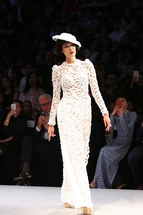 Các mẫu thiết kếđược phối với kính mắt mèo, vòng ngọc trai, nón kiểu cách kết lưới và lông vũ đậm chất Pháp.