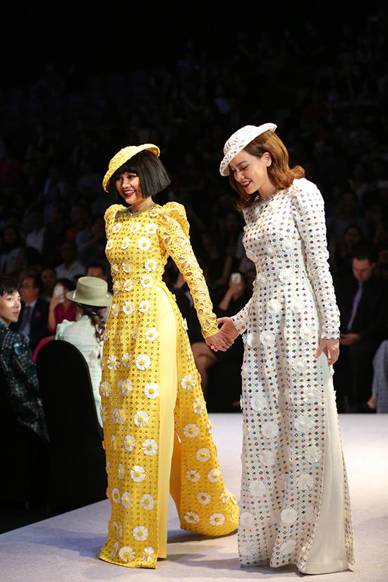 Đây là lần thứ 4 nhà thiết kế mời cả hai người đẹp nổi tiếng của làng giải trí Việt đảm nhận vị trí quan trọng show diễn của mình.