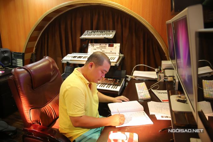 Trong nhà anh có một phòng thu đầy đủ thiết bị cần thiết cho việc làm nhạc nên hầu hết thời gian Minh Khang nhốt mình ở đây.