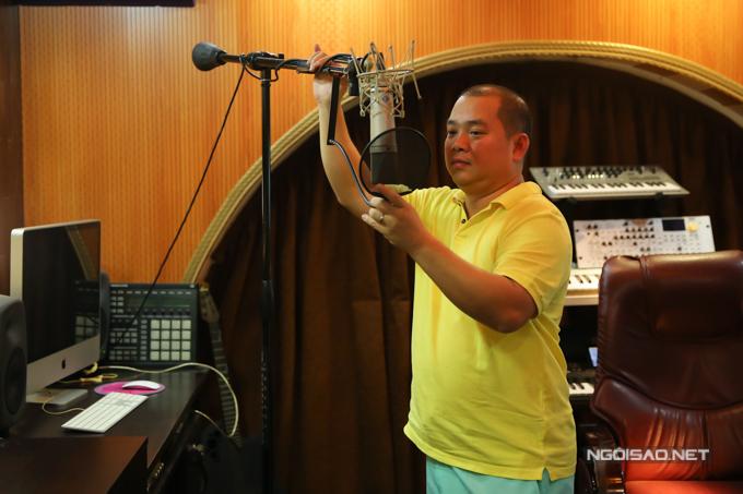 Nhạc sĩ Minh Khang chăm chút khu vườn nhỏ quanh biệt thự riêng