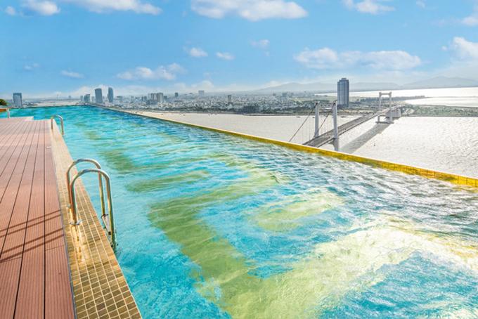 Bể bơi vô cực dát vàng với tầm nhìn xuống khắp thành phố.