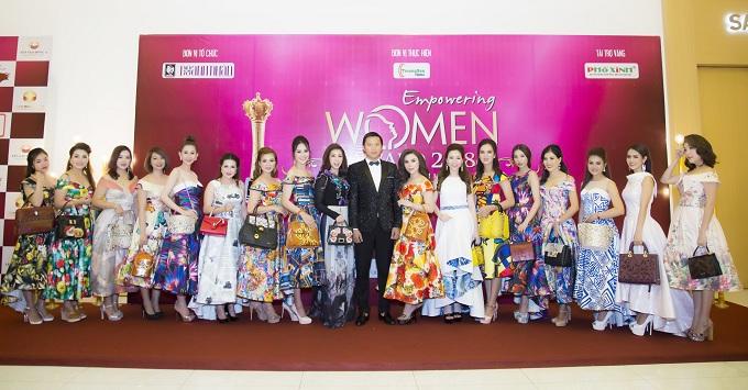 Các đại diện nữ doanh nhân mang túi xách da của thương hiệu Moolez.
