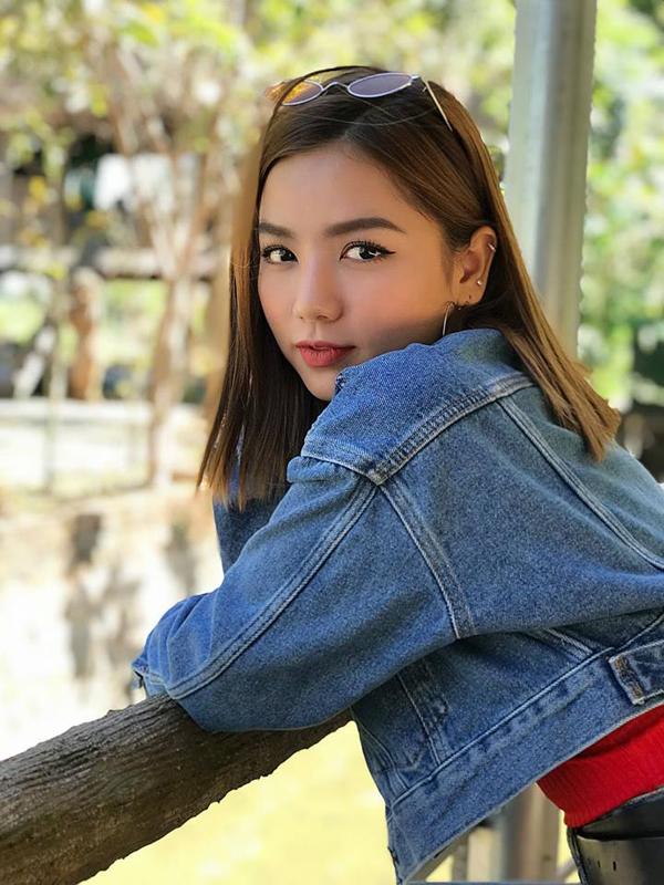 Nữ chính của Cả một đời ân oán phần 2 sinh năm 1995. Cô từng nổi tiếng trong giới tuổi teen từ năm 2011 khi đăng quangcuộc thi Ngôi sao thời trang 2011 và tham gia sitcom Tiệm bánh hoàng tử bé.