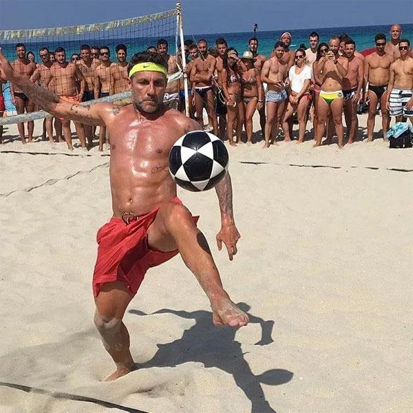Anh thể hiện khả năng chơi bóng trên bãi biển và vẫn được mọi người chăm chú theo dõi.