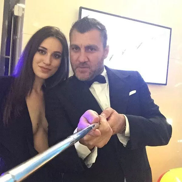 Cựu tiền đạo Italy selfie cùng một fan nữ...