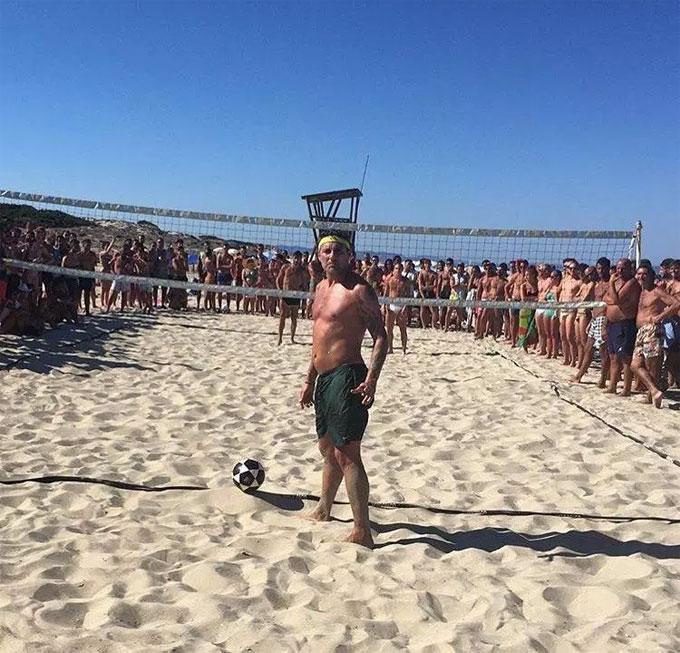 Vieri vẫn là ngôi sao khi chơi bóng trên bãi biển. Cựu tiền đạo tổ chức giải bóng chuyền bằng chân trên biển có tên Bobo Cup - theo biệt danh của anh.