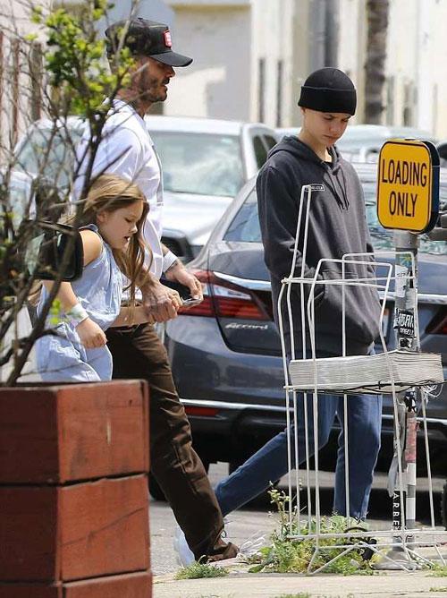 Sáng 19/4, Becks nắm tay Harper đi ăn trưa ở Los Angeles