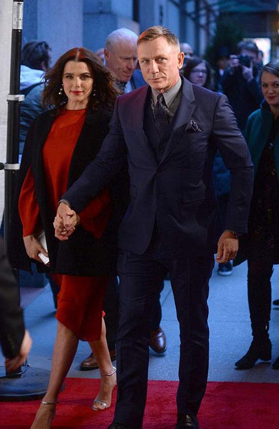 Cặp sao tay trong tay tới dự sự kiện hôm 9/4. Khi ấy Rachel Weisz mặc váy rộng che bụng bầu.