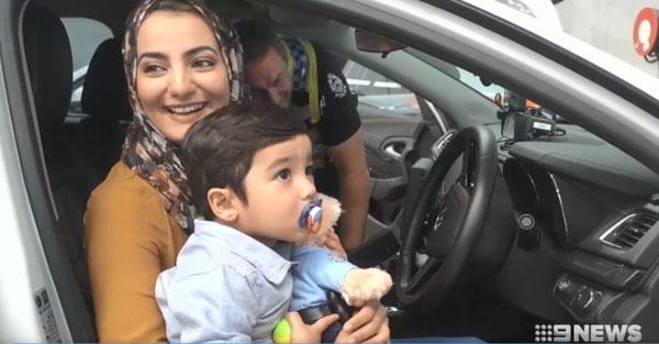 Chị Sehar đưa con trai tới sở cảnh sát để cảm ơn.
