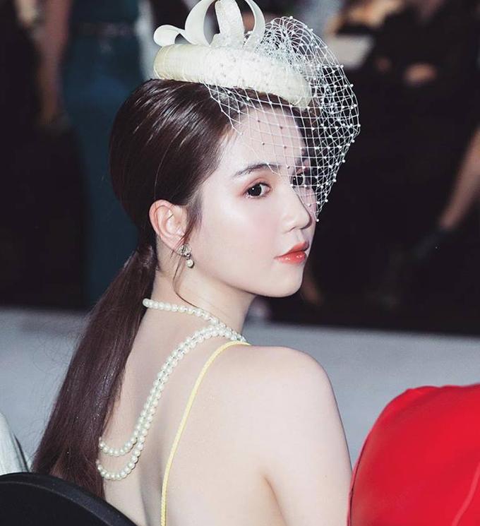 Ngọc Trinh chọn phong cách quý phái, hoàng gia khi tham dự sự kiện thời trang.