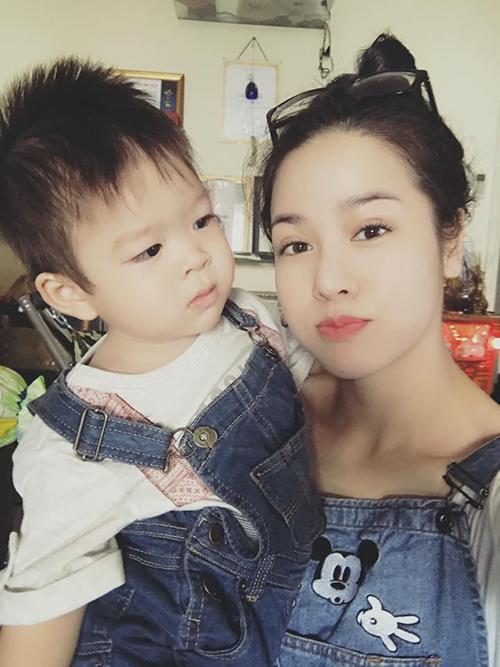Nhật Kim Anh và con trai diện đồ đôi: áo trắng và yếm bò.