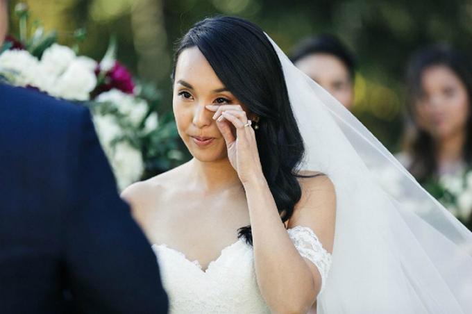 Cô dâu không ngăn nổi dòng nước mắt vì xúc động trước lời thề từ chú rể.