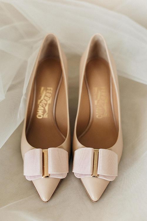 Cô dâu chọn chiếc giày không quá cao để di chuyển dễ dàng tại lễ cưới.