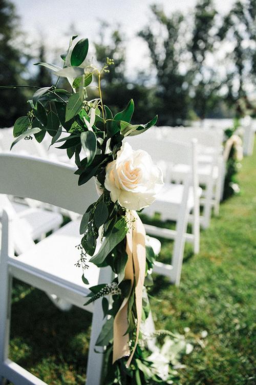Những chiếc ghế được tô điểm bởi những nhành hoa hồng dịu nhẹ.
