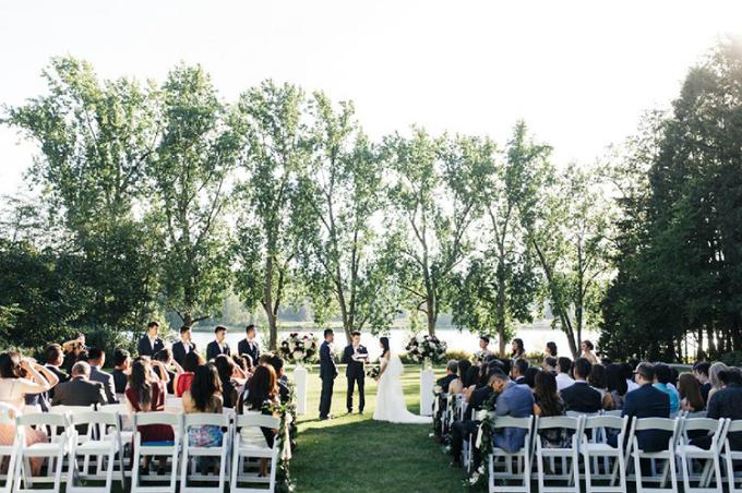 Ngày cưới của Sami và Kelvin diễn ra trong tiết trời ấm áp. Các nghi thức của đám cưới được thực hiện ở ngoài trời và sau đó khách khứa di chuyển vào trong để thưởng thức những món ăn đặc sắc trên bàn tiệc.