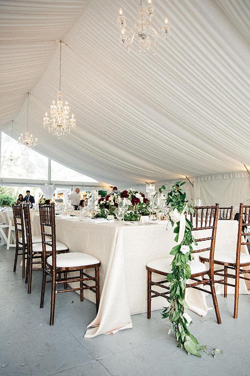 Không gian tại bàn tiệc được trang trí bởi những nhành hoa mang sắc trắng, hướng đến phong cách mộc mạc.