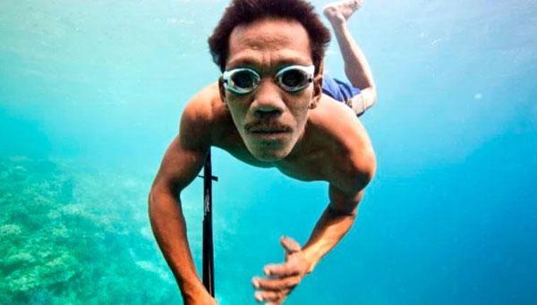 Tuy không có bình oxy nhưng người Bajau vẫn có thể lặn rất lâu dưới biển. Ảnh: Handout.