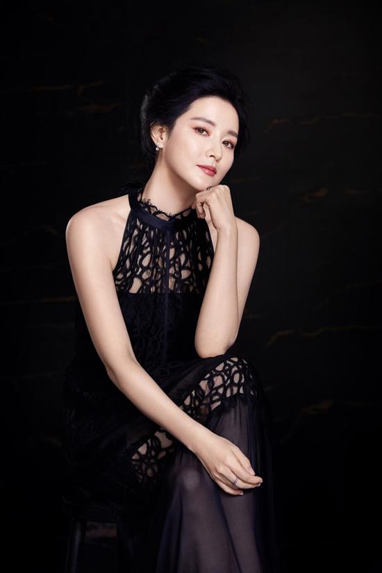 Lee Young Ae xuất hiện trên tạp chí thời trang Elle số tháng 4 với phong cách quý bà Oxy quen thuộc. Nữ diễn viên khoe làn da trắng mượt mà không tì vết, đôi mắt nâu cuốn hút. Ở tuổi ngoại tứ tuần, đã có hai con, cô vẫn rất đẹp.