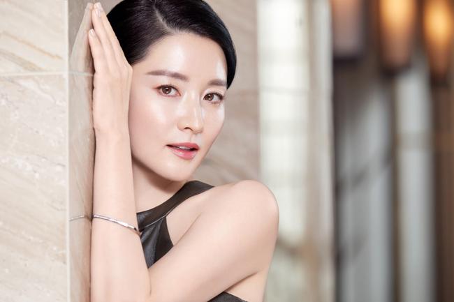 Người đàn bà đẹp Lee Young Ae khoe nhan sắc quên tuổi - 1