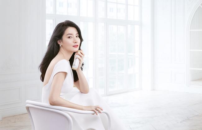 Trong bộ ảnh mới, Lee Young Ae quảng cáo cho thương hiệu mỹ phẩm mà cô là gương mặt đại diện từ nhiều năm nay.
