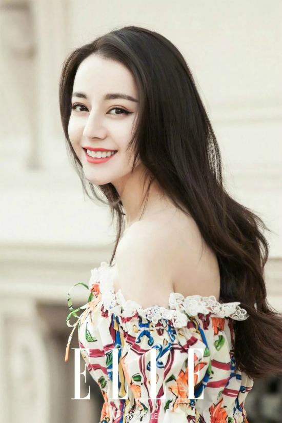 Mỹ nhân 9X Địch Lệ Nhiệt Ba sinh ngày 3/6/1992 tại Tân Cương, Trung Quốc. Lớn lên trong một gia đình giàu truyền thồng nghệ thuật, ngay từ khi 9 tuổi, cô đã được bố đưa đến học viện Nghệ thuật Tân cương để học múa chuyên nghiệp. Năm 2010, nữ diễn viên thi đỗ vào trường Học viện Hý kịch Thượng Hải chuyên ngành biểu diễn. Năm 2013, Nhiệt Ba chính thức ra mắt khán giả với bộ phim A Na Nhĩ Hãn. Đến năm 2014, cô ký hợp đồng diễn xuất cùng Gia Hành Thiên Hạ và bắt đầuđược khán giả chú ý nhờ góp mặt trong tác phẩm truyền hình đình đám Cổ kiếm kỳ đàm.Sau đó, cô nhận được nhiều vai nữ chính trong nhiều bộ phim như Ma Lạt biến hình kế, Ngạo Kiều và định kiến... Trong năm nay, Địch Lệ Nhiệt Ba sẽ hợp tác cùng tài tử Đặng Luân trong tác phẩm truyền hình Nghìn lẻ một đêm.