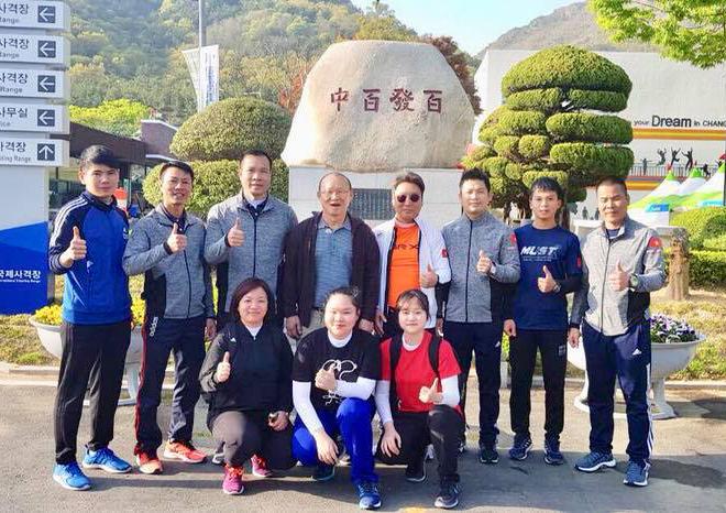 HLV Park Hang-seo chụp ảnh lưu niệm cùng tuyển bắn súng Việt Nam. Ảnh: FB.