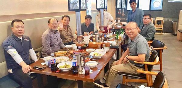 Hoàng Xuân Vinhcùng HLV Park Hang-seo và các chuyên gia Hàn Quốc có bữa ăn vui vẻ. Ảnh: FB.