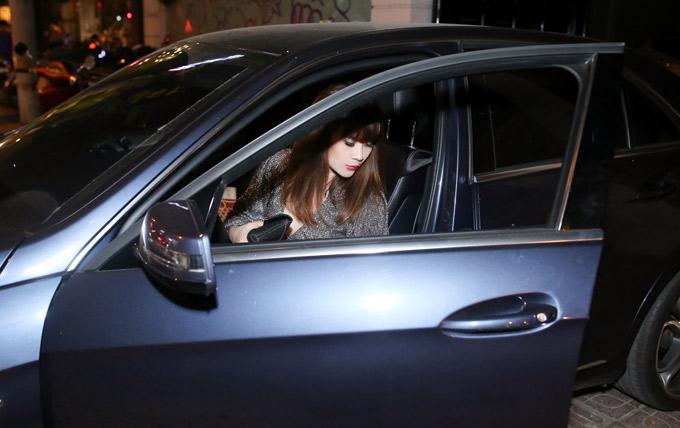 Lưu Thiên Hương không thuê tài xế mà thường tự lái xe hơi tiền tỷ đi làm, chạy show sự kiện.