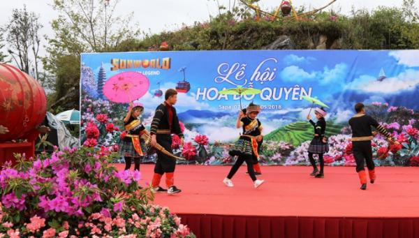 Rời khỏi cáp treo về ga đến, du khách lại thấy đỗ quyên rực rỡ, len lỏi trong tiếng khèn điệu múa HMong tại khuôn viên lễ hội.