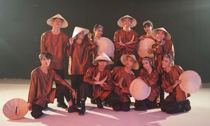 Quang Đăng đội nón lá, mặc áo bà ba nhảy 'vũ điệu nông dân'