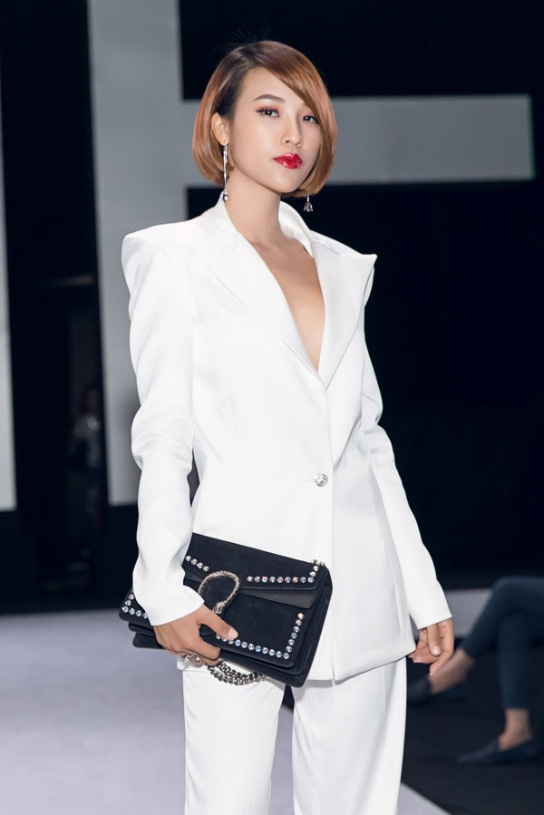 Á hậu Hoàng Oanh theo style menswear, gợi nhớ hình ảnh cá tính của nhân vật Dung Đại Ca cô đóng trong Tháng năm rực rỡ.