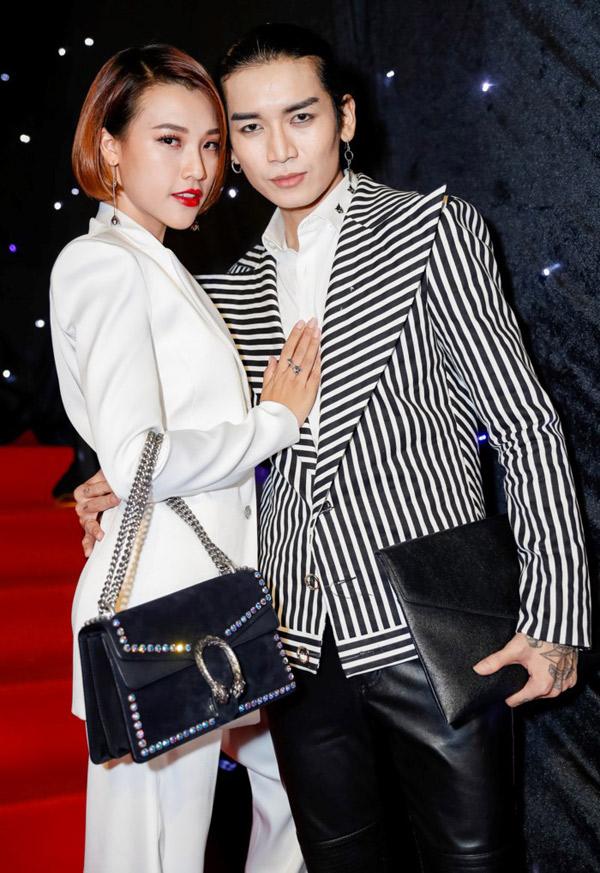 Hoàng Oanh chụp ảnh cùng diễn viên hài BB Trần.