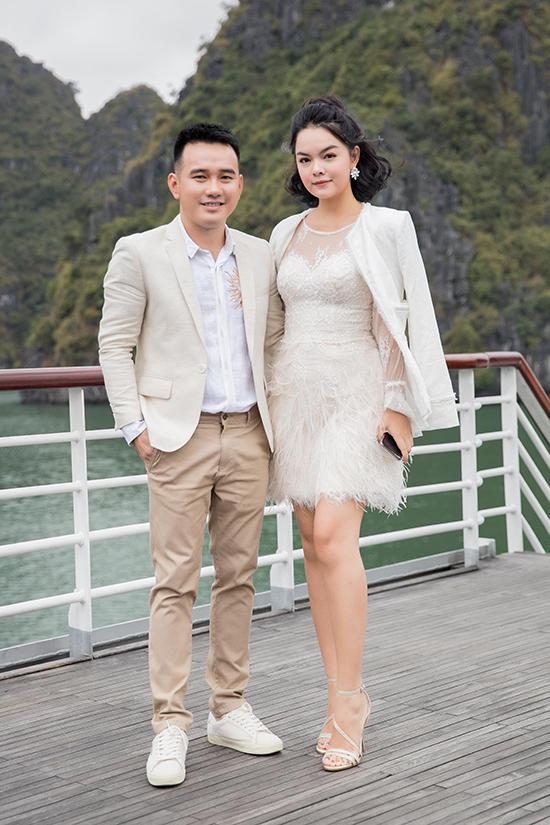 Lê Thanh Hoà và ca sĩ Phạm Quỳnh Anh. Nhà thiết kế chia sẻ, anh rất hạnh phúc khi lần đầu tiên tổ chức show diễn ở du thuyền và nhận được sự cổ vũ, ủng hộ của rất nhiều nghệ sĩ nổi tiếng.