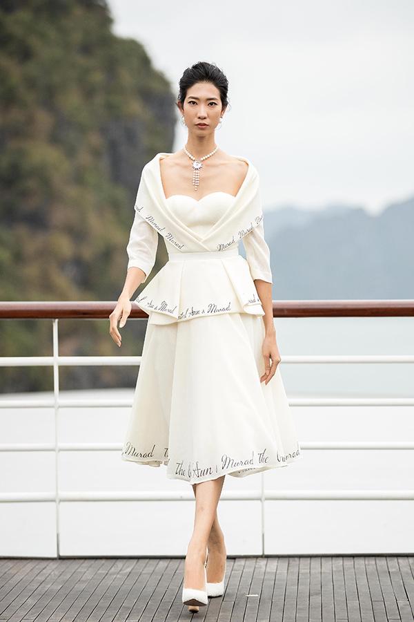 Sử dụng sắc trắng,vàng,kem nhẹ nhàng, nhà thiết kếmuốn vẽ lại một thời kí ức Đông Dương bằng những cảm nhận riêng của mình qua ngôn ngữ thời trang.