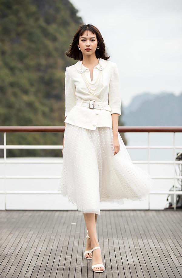 Các mẫu váy giữ đúng tinh thần thanh lịch, sự nhẹ nhàng tinh tế mà còn ẩn chứa sự mạnh mẽ, cá tính và không kém phần hiện đại khi khai thác triệt để những phomdáng cổ điển như đầm petlum, đầm xoè qua gối.