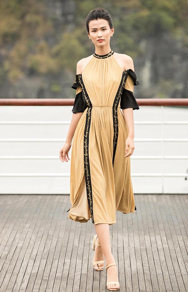 Với Mặt trời phương Đông, Lê Thanh Hoà gây ấn tượng mạnh mẽ bởi sự chọn lựa chất liệu hợp mùa, tạo điểm nhấn bằng hoạ tiết độc đáo và mang tới nhiều kiểu dáng váy áo phù hợp với dòng dạ tiệc cũng như thời trang ứng dụng cao cấp.