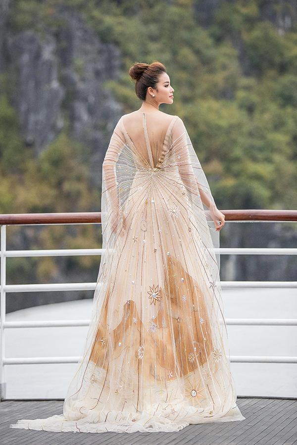 Trang phục thiết kế ấn tượng cùng phong thái biểu diễn chuyên nghiệp giúp Phạm Hương hoàn thành xuất sắc vai trò vedette cho show diễn lần này.