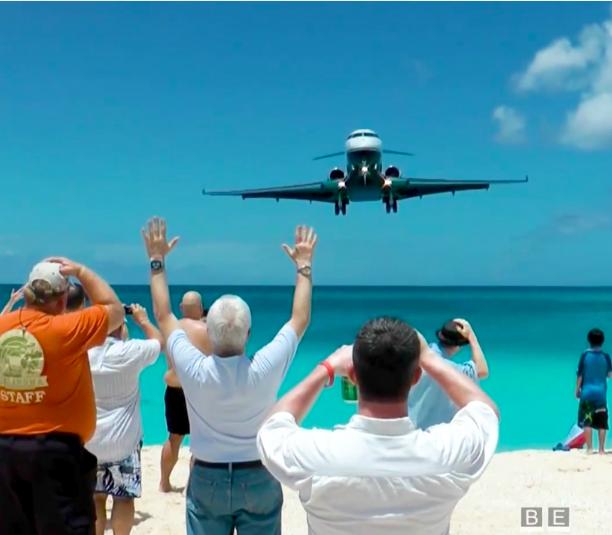 Bãi biển thần chết - nơi du khách tắm ngay dưới bụng máy bay - 1