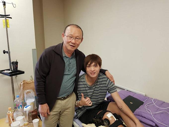 Tuấn Anh vui mừng gặp lại thầy Park ở Hàn Quốc. Ảnh: FB.