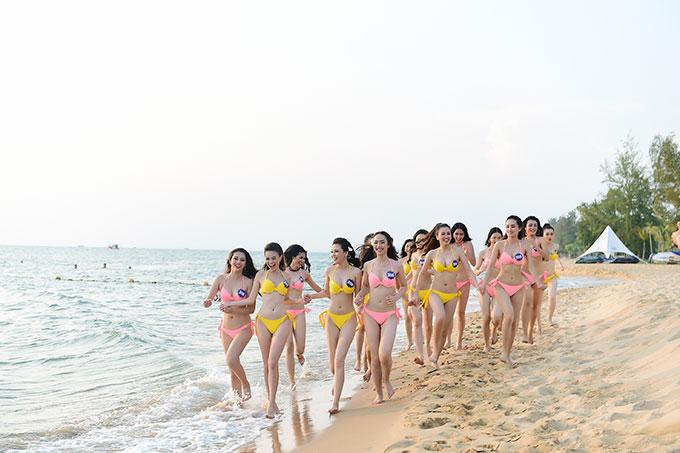 Các thí sinh vui đùa trên bãi biển riêng của khu nghỉ dưỡng.