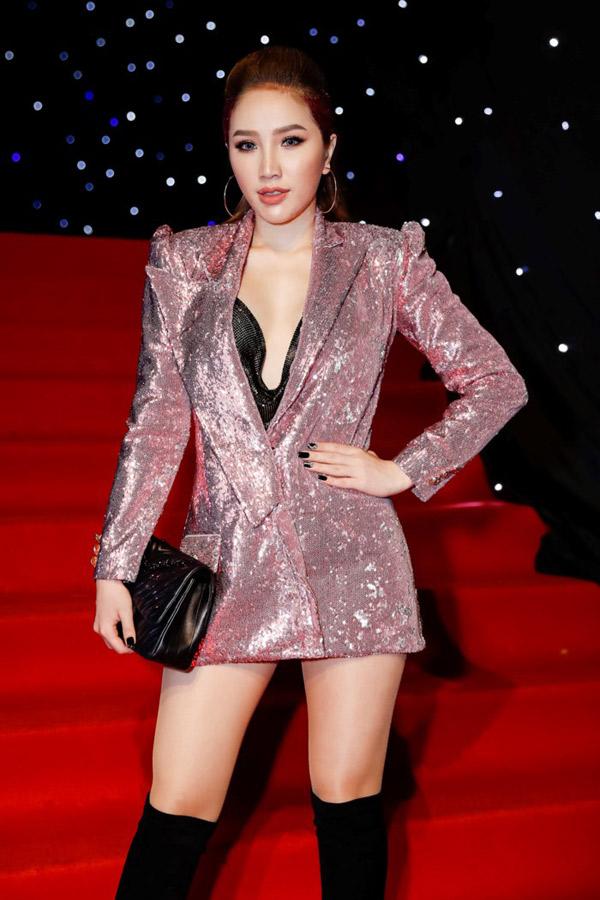 Ca sĩ Bảo Thy cũng chuộng mốt khoe nội y giống nhiều mỹ nhân showbiz.
