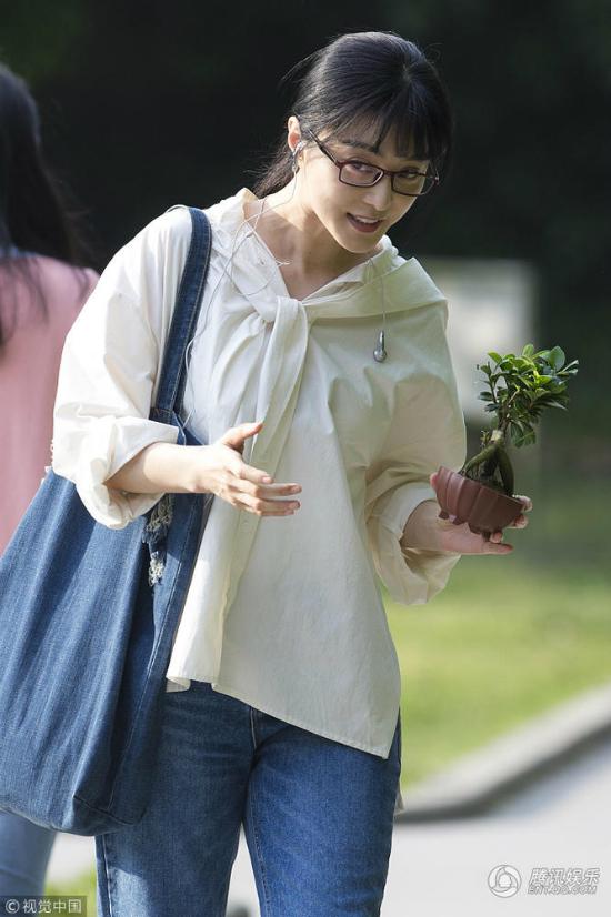 Phạm Băng Băng ghi hình phim điện ảnh mới Tha Sát tại trường đại học Nam Kinh hôm 20/4. Nữ diễn viên để kiểu tóc mới, trang phục giản dị,tuy nhiên bộ đồ khiến côlộ vóc dáng có phần mập mạp.Đóng cặp với cô trong bộ phim này là nam diễn viên Hoàng Hiên.