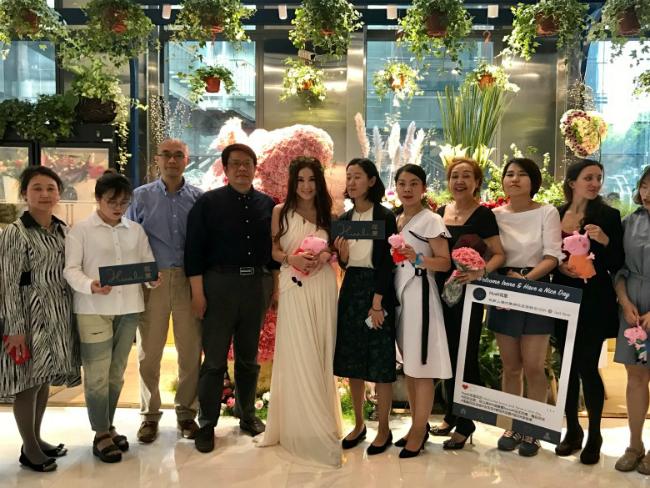 Ôn Bích Hà hôm 20/4 dự khai trươngtiệm hoa tươi ở Thượng Hải,đây là cửa hàng thứ 20 trong chuỗi cửatiệm hoa tươitạiĐại lục mà cô mở cùng một số cổđông khác. Nữ diễn viên Bông hồng lửa tiết lộ rằng cô sẽ sớm mở thêm một chi nhánh mới tại quê nhà Hong Kong.