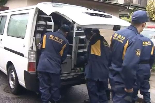 Thi thể ông Michio được cảnh sát đưa lên xe. Ảnh: AsiaWire