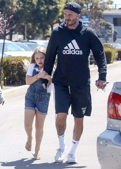 Harper mặc yếm bò, thả mái tóc mây bám chặt lấy tay bố khi đi bộ trên đường. Giới truyền thông Anh bình luận rằng cô nhóc 6 tuổi đúng là công chúa bé bỏng của cựu tiền vệ tuyển Anh.